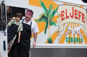 """""""Chef"""" está protagonizada por Jon Favreau (der.), quien restablece la relación con su hijo, interpretado por Emjay Anthony. Foto: Merrick Morton"""