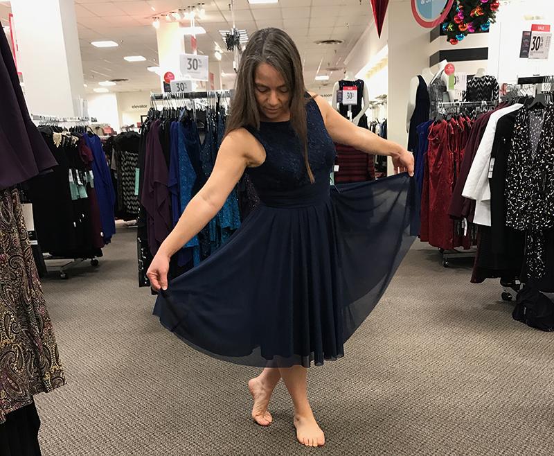82b3e7813 Escogí este vestido azul marino primero porque era muy cómodo